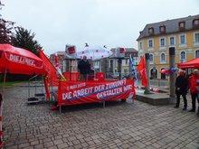 ... begrüßt Norbert Feulner knapp 100 unentwegte MaidemonstrantInnen in Ansbach