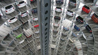 Autos in Lagerhalle