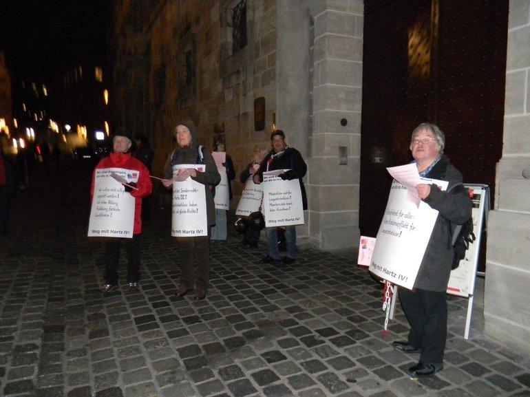Foto vom Protest vor der Veranstaltung zur Langzeiterwerbslosigkeit im Nürnberger Rathaus