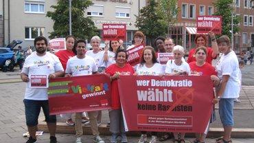 """Gruppenbild mit Aufschrift """"Wer Demokratie wählt keine Rassisten"""